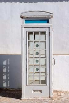 Vieja cabina telefónica abandonada