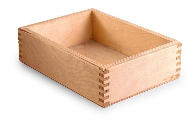 La vieja caja de madera aislada sobre superficie blanca