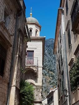 Una vieja calle de kotor, montenegro