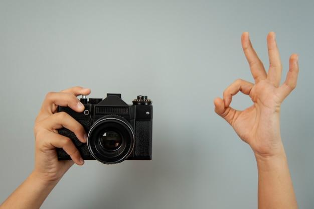 Vieja cámara de fotos en una mano de una niña