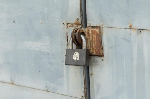 La vieja cerradura de hierro