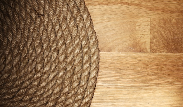 Vieja cuerda sobre superficie de madera