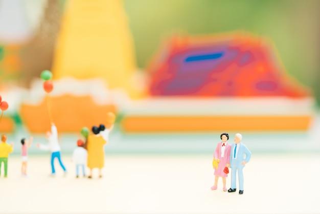 La vieja figura de los pares que se coloca delante del templo con otras turista.