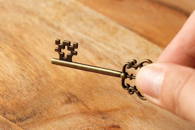 Vieja llave en mesa de madera