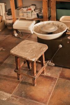 Una vieja mesa y una rueda de alfarería en el taller.
