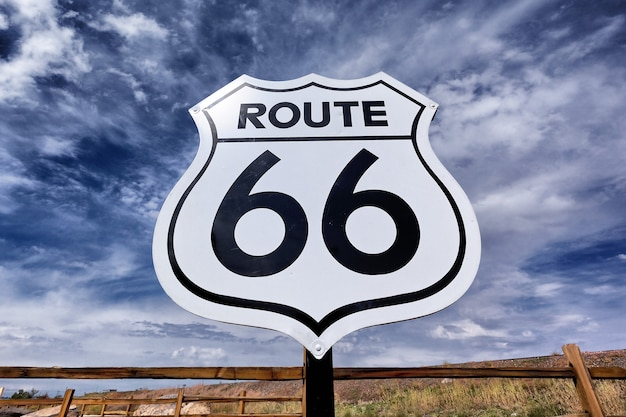 Una vieja y nostálgica señal de ruta 66 y cielo.