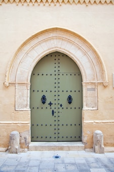 Vieja puerta de la casa de la ciudad