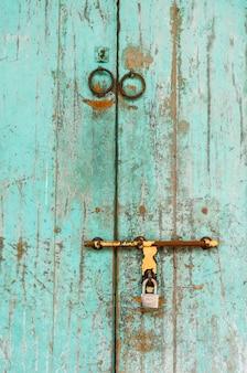 Una vieja puerta de madera con mango de metal