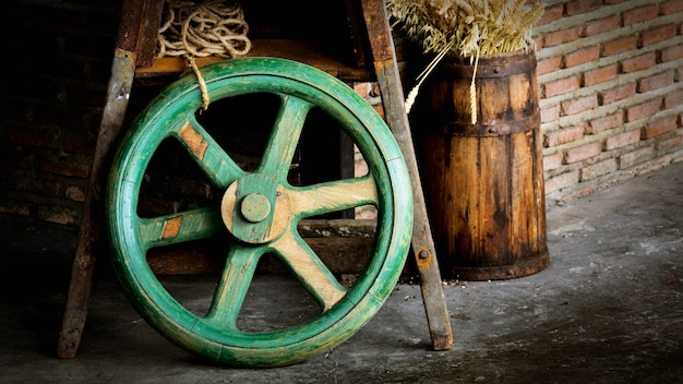 Vieja rueda de madera verde
