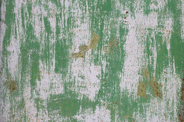Vieja superficie de metal desgastada con pintura verde. textura de metal oxidado
