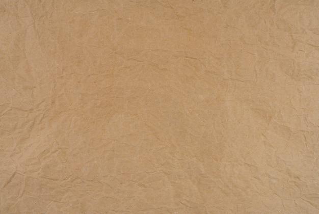 Vieja textura arrugada del papel marrón. textura de papel kraft marrón áspero. reciclar hoja de cartón. diseño de patrón rústico. closeup arrugado bolsa de papel. grunge y pergamino arrugado.