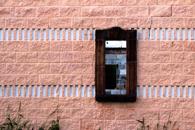 Vieja ventana rota sin vidrio