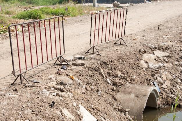 Viejas barreras de metal para la seguridad en la obra.