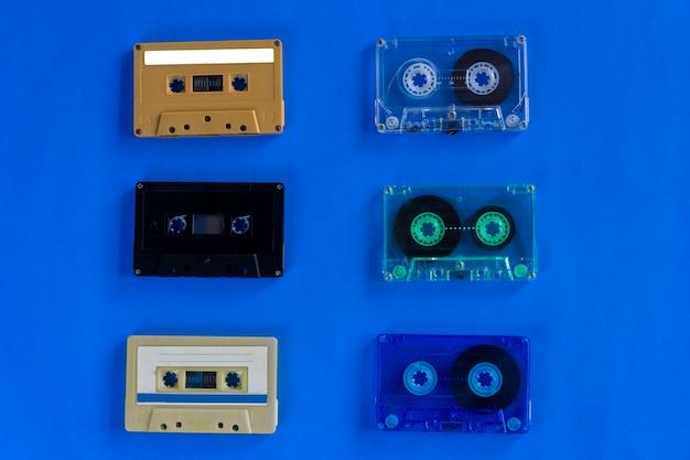 Viejas cintas de cassette de audio retro sobre fondo azul