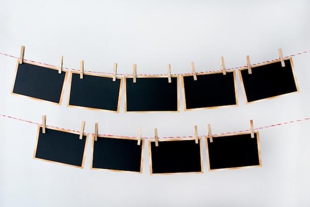 Viejas fotografías colgando de una cuerda sobre fondo blanco