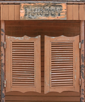 Viejas puertas de salón de balanceo occidental.