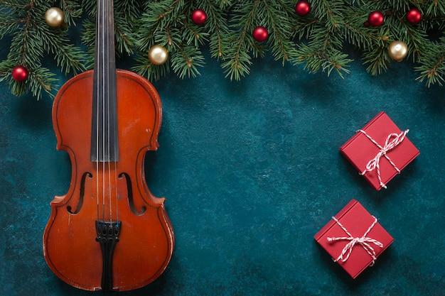 Viejas ramas de violín y abeto con decoración navideña.