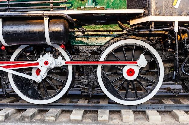 Viejas ruedas de tren sobre rieles