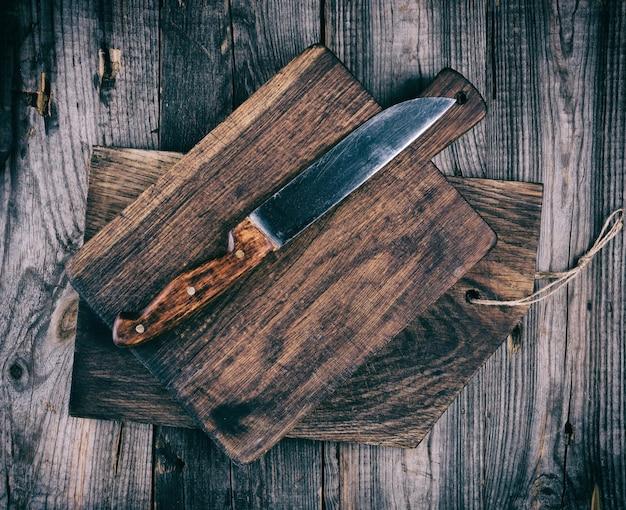 Viejas tablas de cortar de madera y un cuchillo.