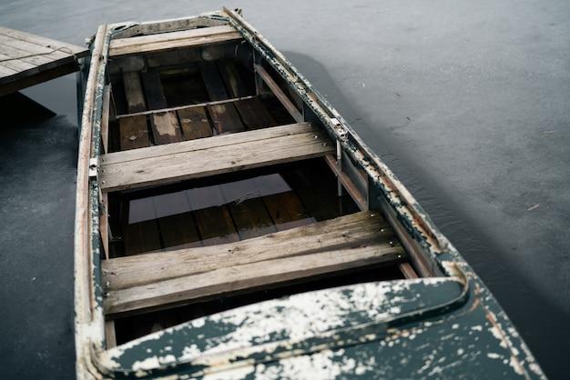 Viejo barco de madera en el río cerca del muelle paisaje natural
