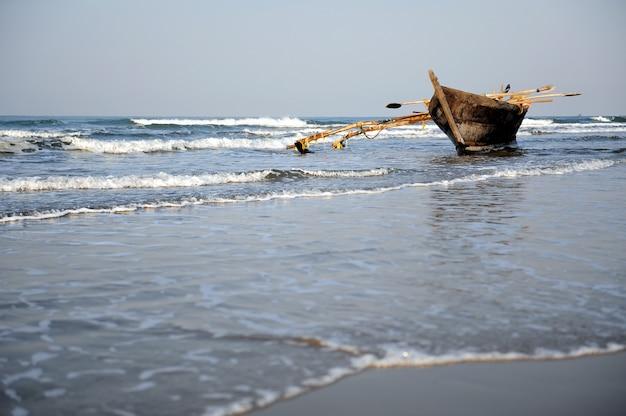 Viejo barco con olas