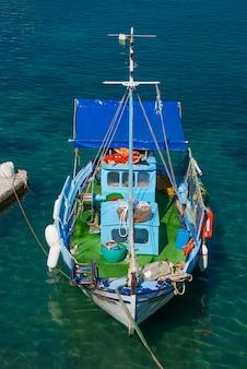 Viejo barco de pesca en el pastel