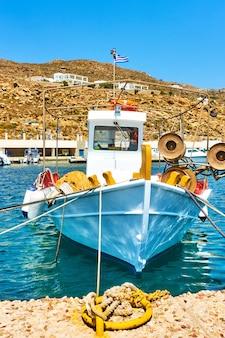 Viejo barco pesquero en el puerto de thira en santorini, grecia