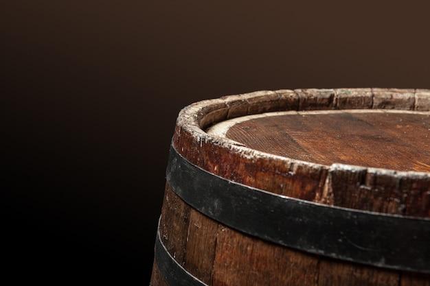 Viejo barril de madera sobre un fondo oscuro