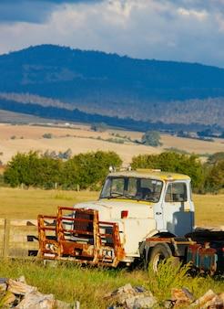 Viejo camión en campo