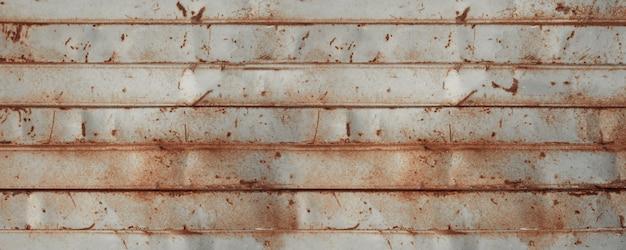 Viejo cartel de pared de chapa oxidada