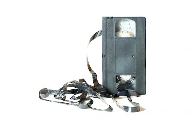 Un viejo cassette con la cinta saliendo.