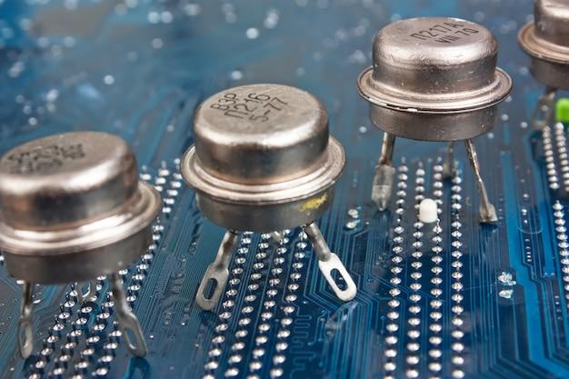Viejo chip de silicio en la placa electrónica