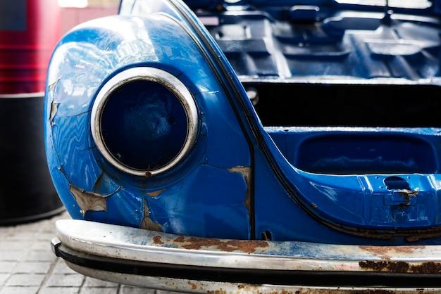Viejo coche azul