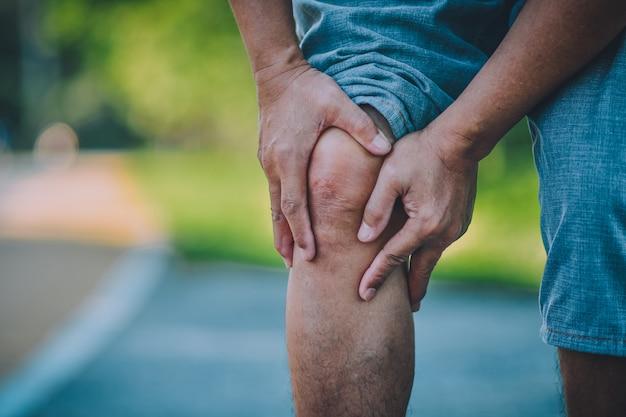 El viejo es un problema de dolor de rodilla efecto en la vida cotidiana