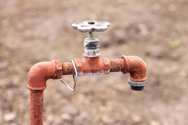 Viejo grifo oxidado para agua con una válvula, el agua no se agota
