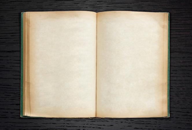Viejo libro abierto sobre fondo de madera oscura
