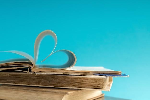 Viejo libro de tapa dura con página doblada en forma de corazón