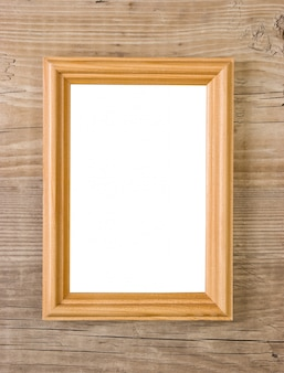 Viejo marco aislado en un fondo de madera