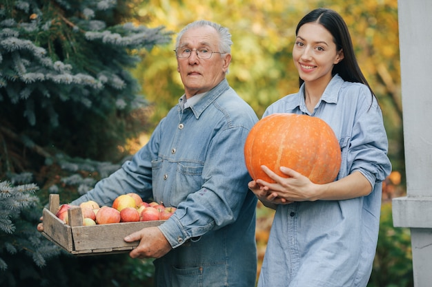 Viejo mayor en un jardín de verano con nieta