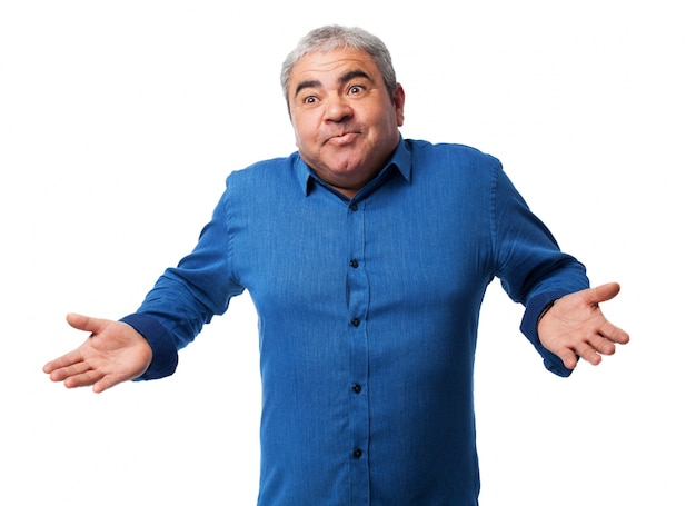 Viejo mecánico levantando los hombros