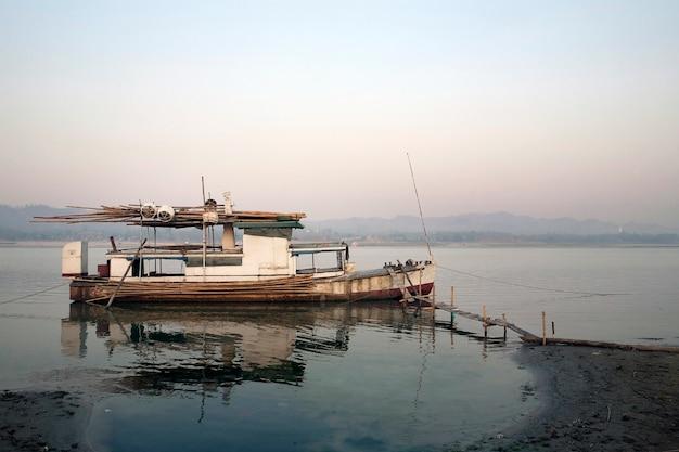 Viejo muelle de barco de pesca en el río
