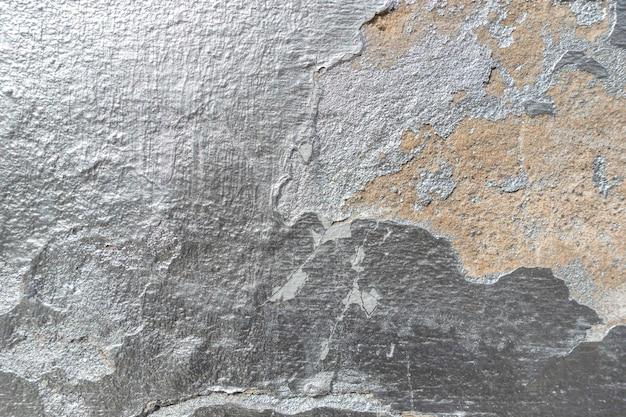 Viejo muro agrietado con textura de pintura plateada