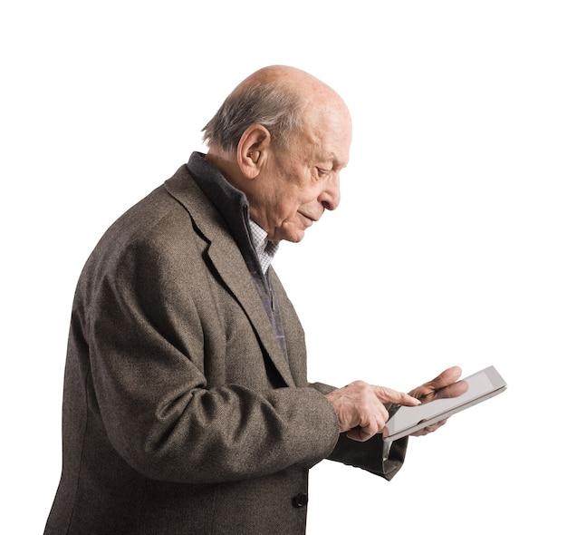 Viejo navegando por internet con tableta