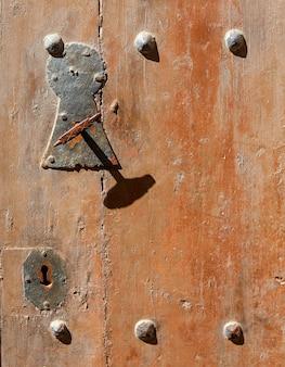 El viejo pomo de la puerta de madera