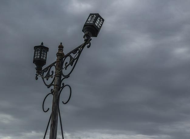 Viejo poste de luz roto