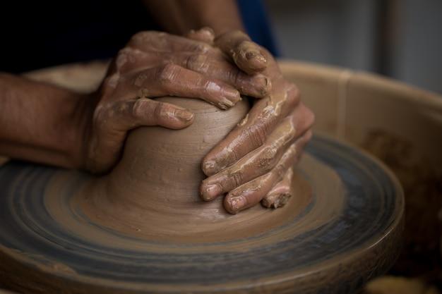 Viejo potter creando una nueva olla de cerámica