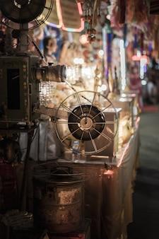 El viejo proyector de película de cine rotativo analógico en cine de cine al aire libre