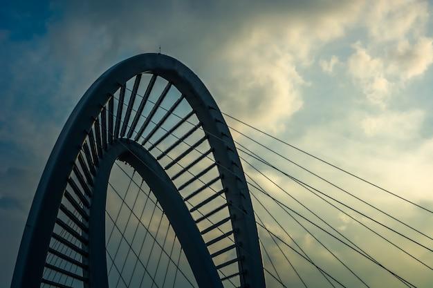 Viejo puente de hierro en la puesta del sol