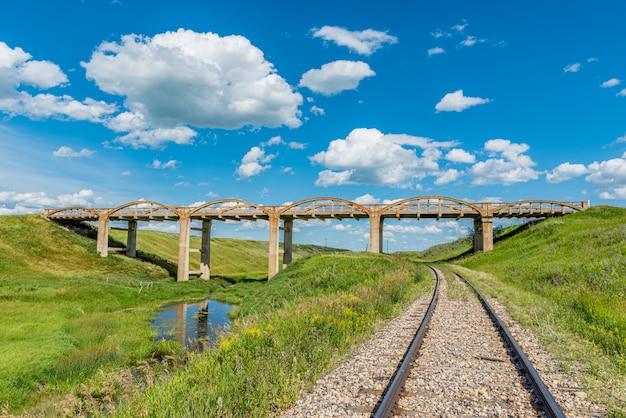 El viejo puente de hormigón en scotsguard, sk con vías ferroviarias debajo