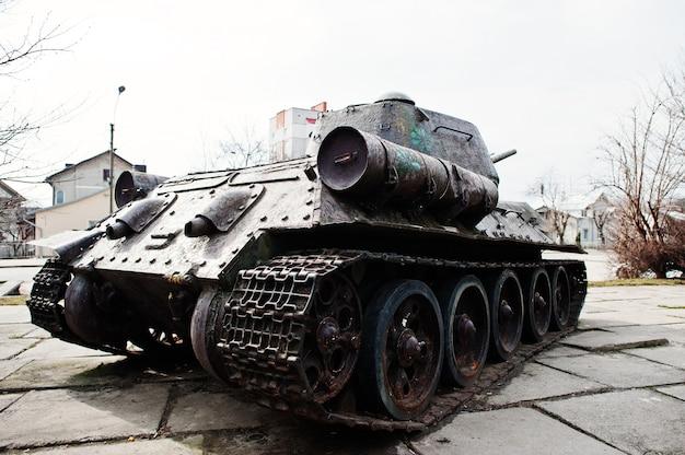 Viejo tanque militar vintage en el pedestal de la ciudad.